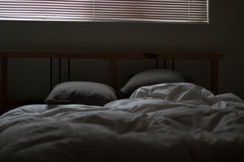 hari libur enaknya bersantai di atas kasur.jpg