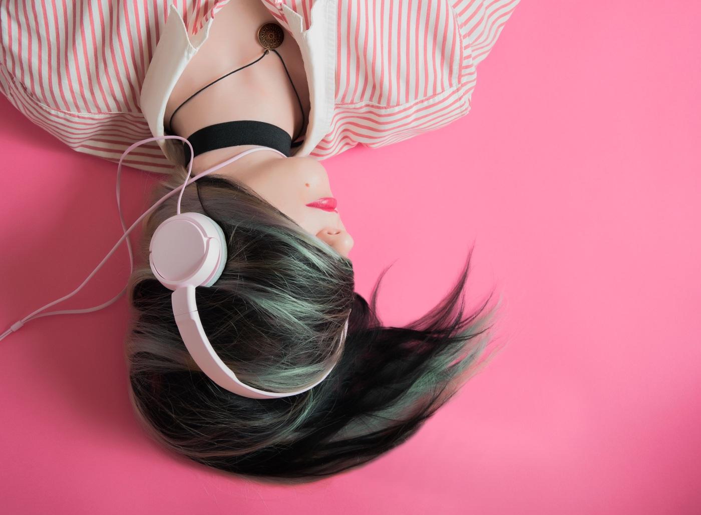 Mendengarkan lagu berbahasa Inggris tanpa teks.jpg