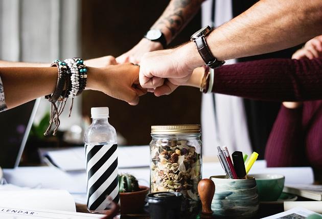 Jalin komunikasi dengan teman kerjamu