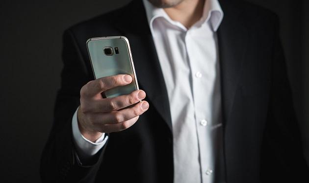 Meluapkan kekesalan kepada rekan kerja di media sosial
